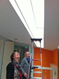 Miriam Ooms en Resi van der Ploeg bekijken de locatie. Daar komt 'Dynamiek' en het ophang systeem klopt!