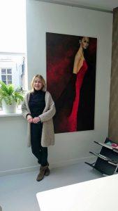 Schilderij \'Observing\' van kunstenaar Josée Ebli in de woonkamer van ...