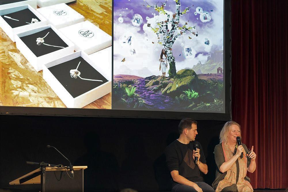 De Kunstverleners in gesprek met Lucas de Man bij Xenia lustrum. Fotograaf Patricia Nauta